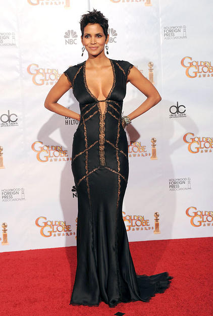 Although she wasn't nominated for an award, halle Berry was certainly a show stopper in this stunning black and lace Kaufman Franco gown which cuffed her body like a glove.